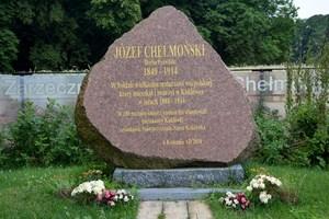 Głaz upamiętniający Józefa Chełmońskiego w Kuklówce Zarzecznej przed jego domem