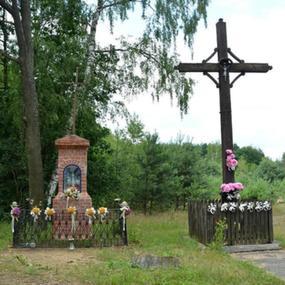 Kapliczka i krzyż przy drodze na Starych Budach