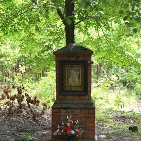 Kapliczka w drodze na żwirownię w lesie