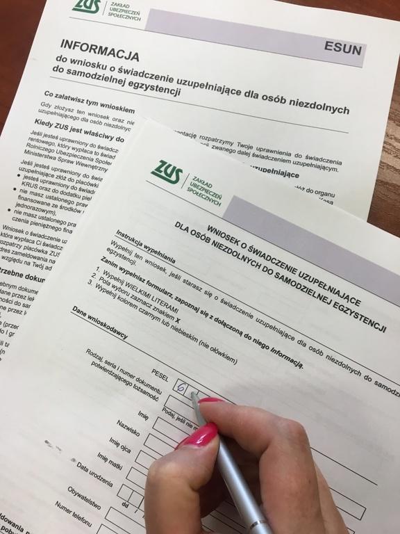 Wniosek o świadczenie uzupełniające dla osób niezdolnych do samodzielnej egzystencji - zdjęcia formu (link otworzy duże zdjęcie)
