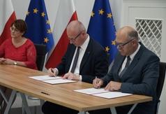 Podpisanie umowy (link otworzy duże zdjęcie)