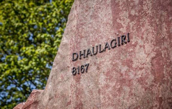 Rzeźba Korona Himalajów - Dhaulagiri na Alei Gwiazd Sportu