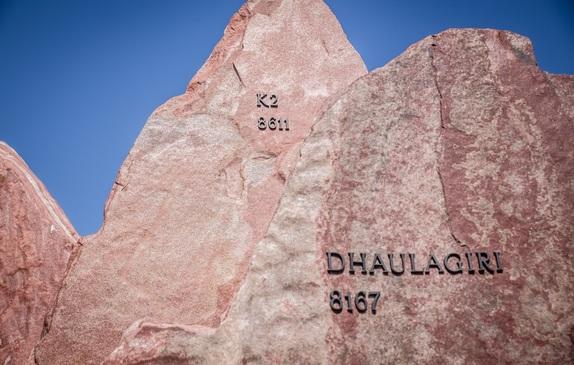 Rzeźba Korona Himalajów - K2 na Alei Gwiazd Sportu