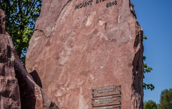 Rzeźba Korona Himalajów - Mount Everest na Alei Gwiazd Sportu