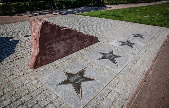 Gwiazdy Himalaistów przy rzeźbie Korona Himalajów na Alei Gwiazd Sportu