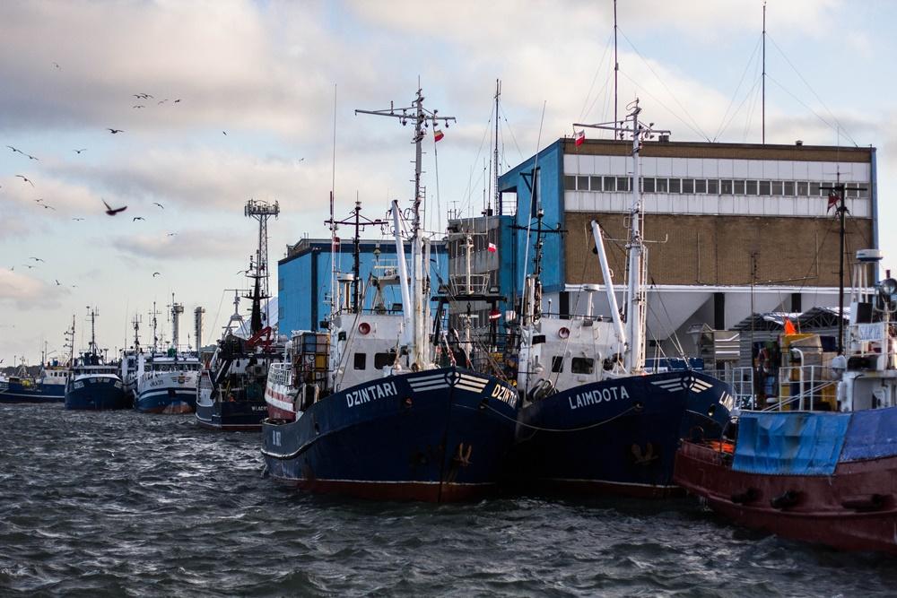 Kutry stojące przy nabrzeżu portu