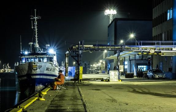 Port rybacki i stocznia nocą