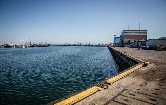 Widok z nabrzeża portu na basen portowy i Morze Bałtyckie