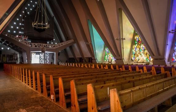 Układ ławek w kościele wraz z bocznymi nawami
