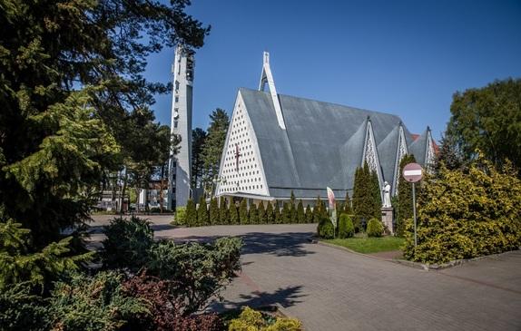 Widok Kościoła z oddali, na pierwszym planie krzewy