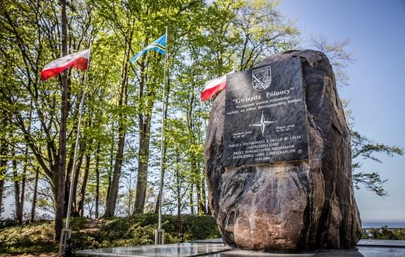 Gwiazda Północy - najdalej na północ wysunięty punkt Polski, w tle flagi Władysławowa i Polsk