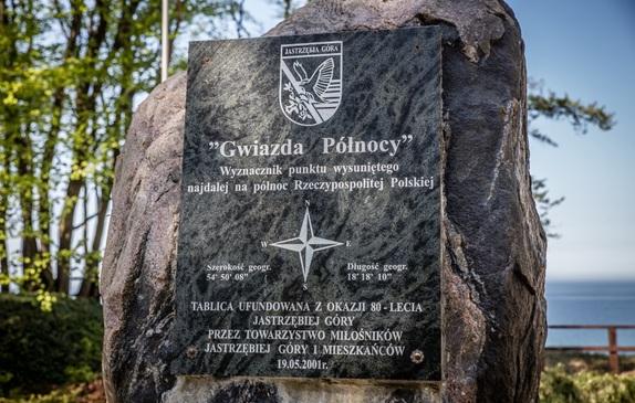 Gwiazda Północy - najdalej na północ wysunięty punkt Polski, tablica obelisku z bliska