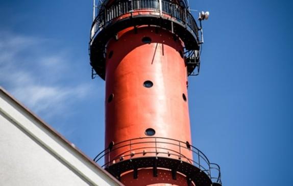 Latarnia Morska w Rozewiu widok górnej, czerwonej części obiektu