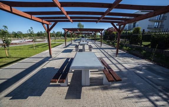 Altana z ławeczkami i stołami