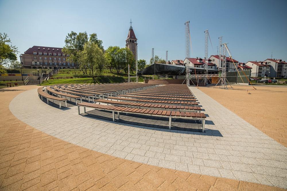 Miejsca siedzące oraz scena do występów na estradzie