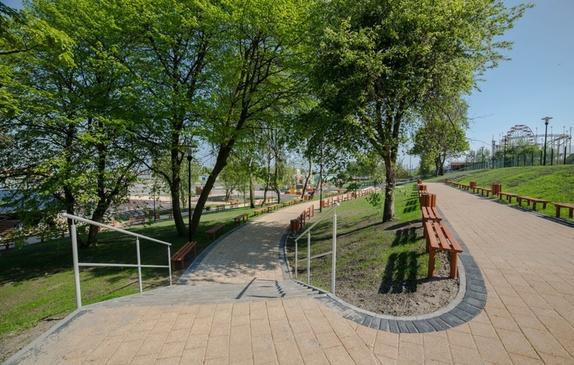Alejka dojścia do estrady otoczona zielenią i ławkami