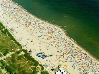 Widok z lotu ptaka na plaże i wypoczywających turystów we Władysławowie.