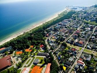 Widok z lotu ptaka na część miasta Władysławowo oraz linię brzegową.