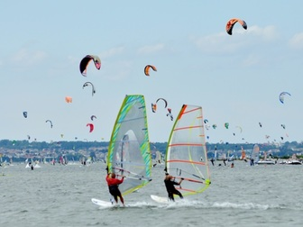 Windsurferzy i kitesurferzy na wodach Zatoki Puckiej.