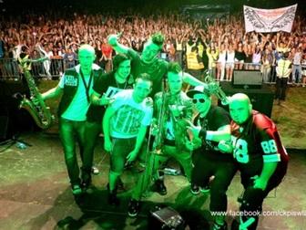 Tak zwane selfie zespołu Enej z ludźmi podczas koncertu w ramach Letniej Sceny Muzycznej we Władysław