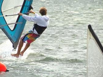 Mężczyzn pływający na desce windsurfingowej na Zatoce Puckiej.