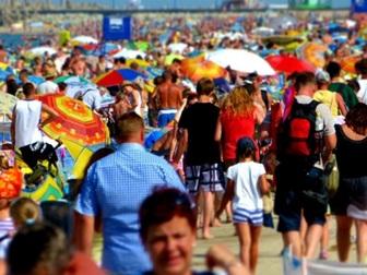 Tłumy turystów na plaży we Władysławowie.