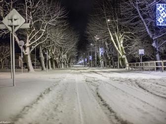 Aleja Żeromskiego przykryta śniegiem.