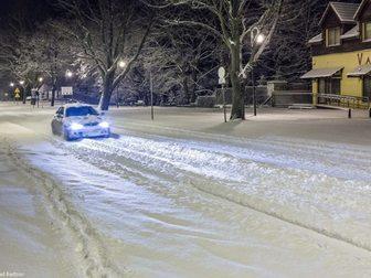 Aleja Żeromskiego i przejeżdżający samochód tuż po śnieżycy.