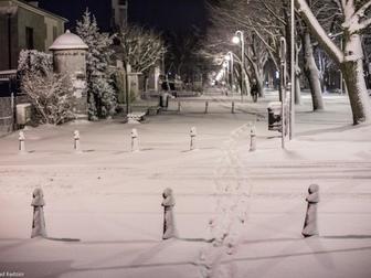 Trakt spacerowy przy skrzyżowaniu ul. Sportowej i Alei Żeromskiego pokryty śniegiem ze śladami przech