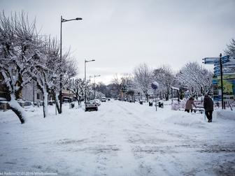 Ulica Morska pokryta śniegiem, na zdjęciu widoczni również piesi idący po chodniku.