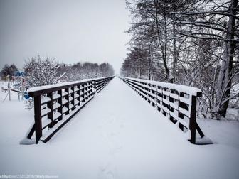 Pomost i zaśnieżone barierki na skwerku nad zatoką na osiedlu Szotland.