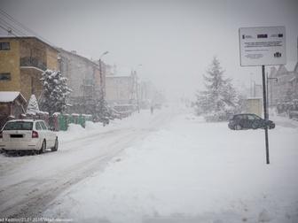 Jedna z ulic na osiedlu Szotland pokryta śnieżną warstwą.
