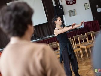 Prowadząca w trakcie jednego z ćwiczeń podczas warsztatów teatralnych.