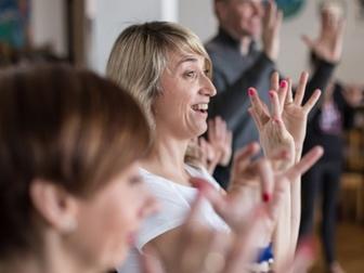 Uczestnicy w trakcie ćwiczeń podczas warsztatów teatralnych.