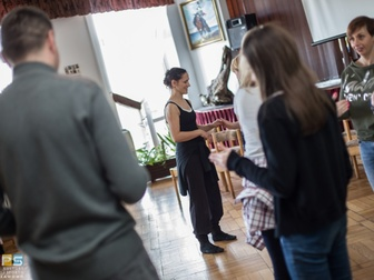 Prowadząca i uczestnicy w trakcie ćwiczeń podczas warsztatów teatralnych.