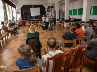 Figury wykonywane przez uczestników warsztatów teatralnych, obserwowane przez pozostałych zebranych.