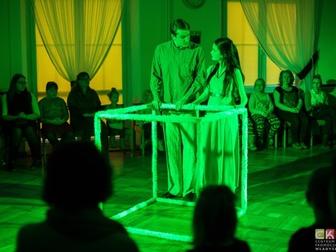 Dwójka aktorów przy pustym sześcianie odgrywa jedną ze scen spektaklu.