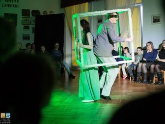 Dwójka aktorów trzymająca pusty sześcian, odgrywająca jedną ze scen spektaklu. Wokół przyglądaj�