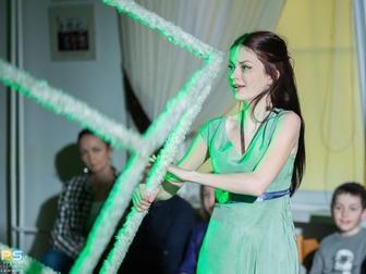 Jedna z aktorek spektaklu trzymająca ramię sześcianu odgrywa jedną ze scen przedstawienia.