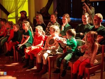 Widzowie - dorośli i dzieci, oglądają spektakl pod tytułem Gerda.
