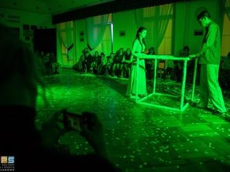 Kobieta i mężczyzna stojący przy pustym sześcianie odgrywają jedną ze scen spektaklu.