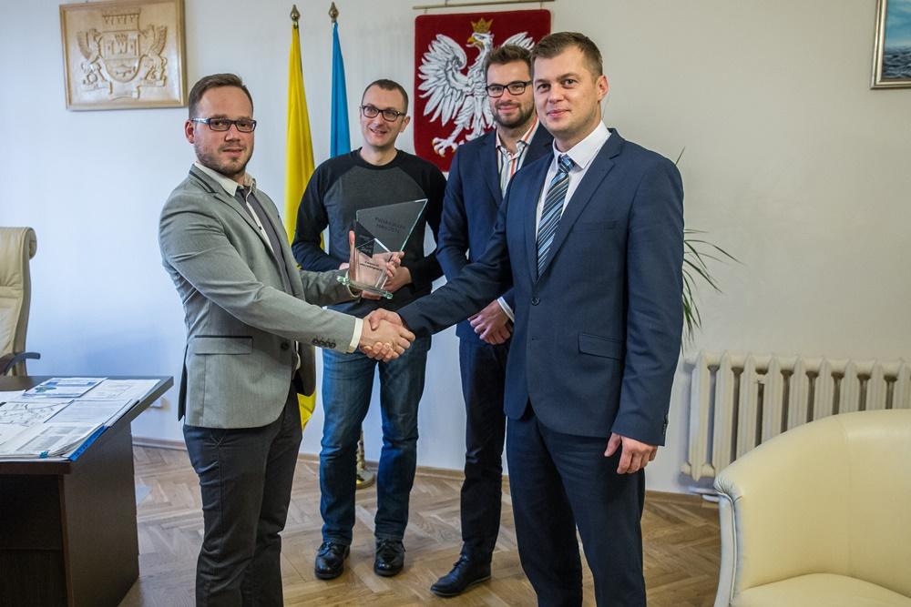Jeden z organizatorów plebiscytu przekazuje na ręce zastępcy Burmistrza Władysławowa Kamila Pac