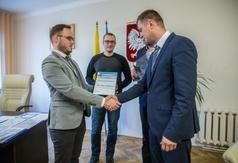 Jeden z organizatorów plebiscytu przekazuje zastępcy Burmistrza Władysławowa Kamilowi Pach gratu