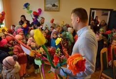 Dzieci ze Szkoły Podstawowej nr 2 przyszły do Urzędu obwieścić, że nastała wiosna