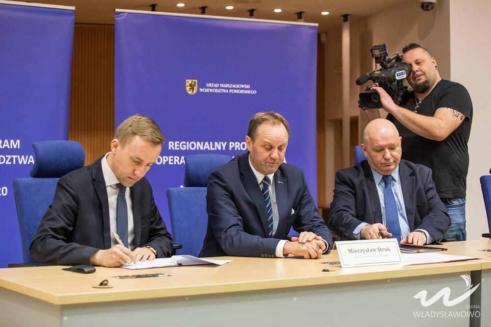 Podpisanie umowy dotyczącej budowy węzła integracyjnego we Władysławowie (link otworzy duże zdjęci