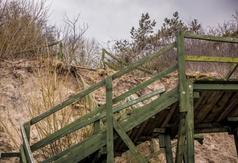 Stare, drewniane zejście na plażę nr 14 w Chłapowie