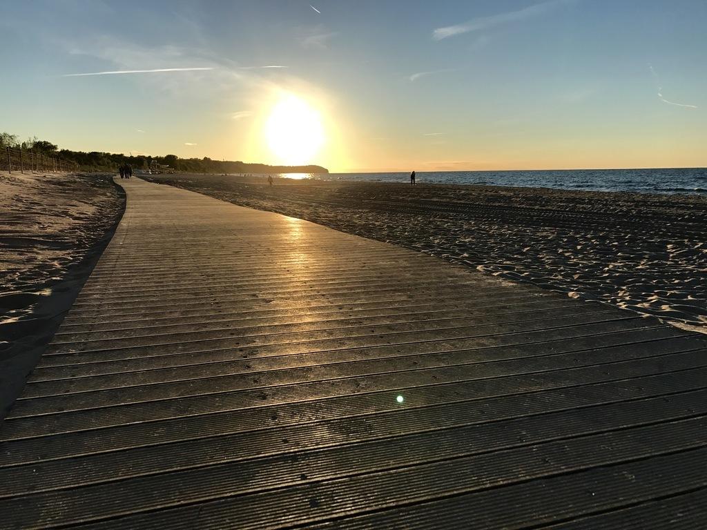 Kładka na plaży we Władysławowie podczas zachodu słońca (link otworzy duże zdjęcie)