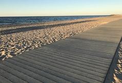 Kładka na plaży we Władysławowie podczas zachodu słońca