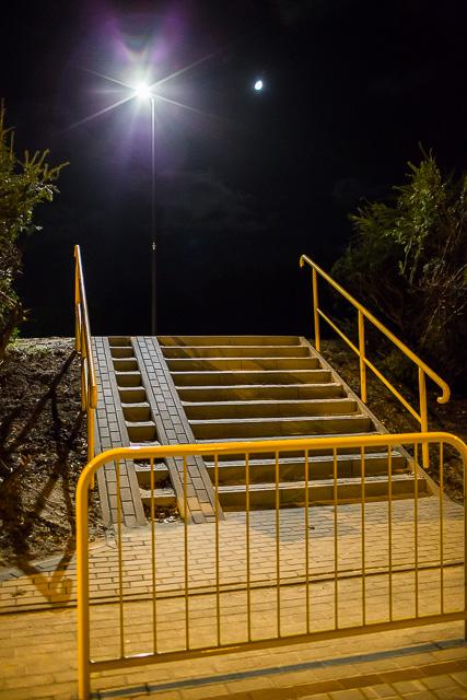 Chodnik, schody i oświetlenie połączyły ul. Wewnętrzną z al. Niepodległości (link otworzy duże z
