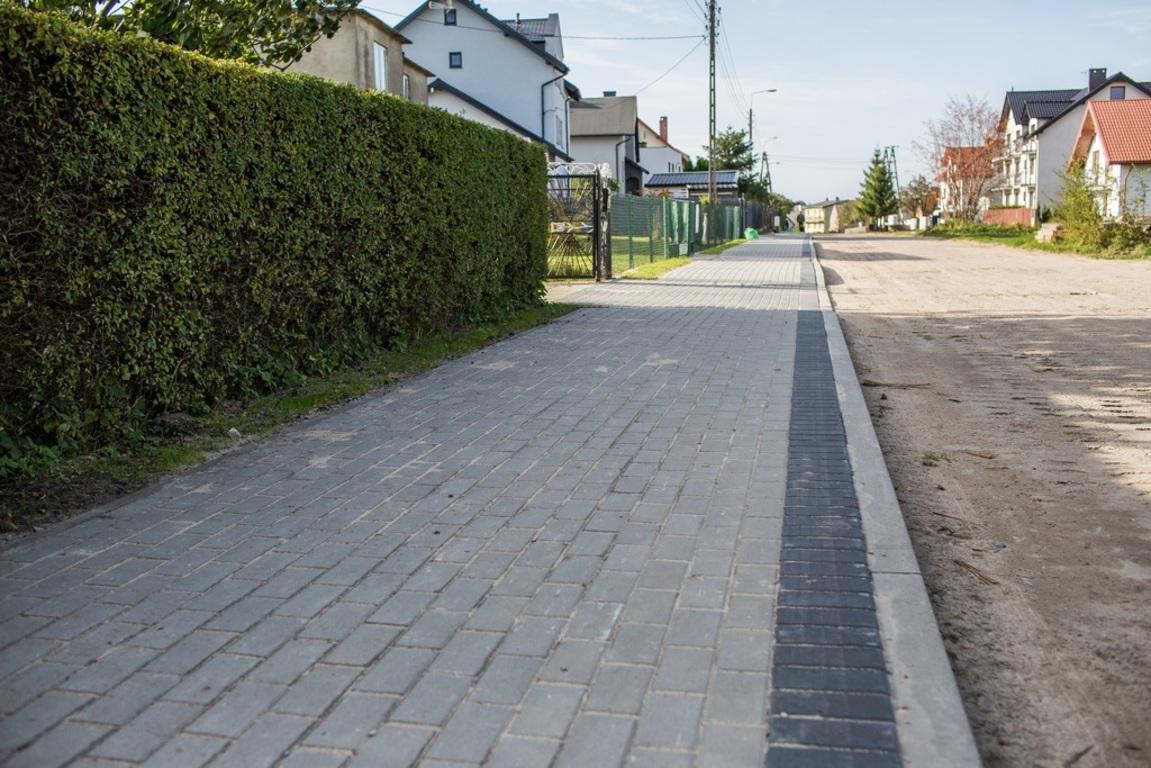 Zabytkowa w Ostrowie z nowym chodnikiem (link otworzy duże zdjęcie)
